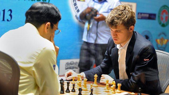 קרלסן (מימין) בקרב עם אננד (צילום: AFP) (צילום: AFP)