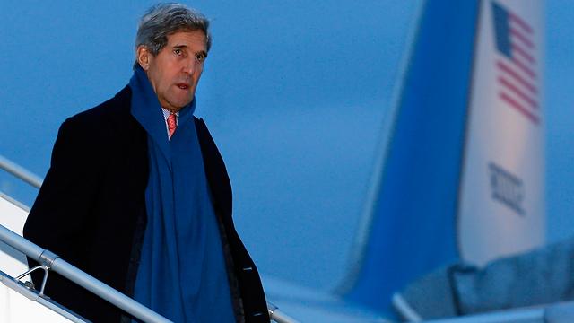 קרי יורד מהמטוס בז'נבה (צילום: EPA) (צילום: EPA)