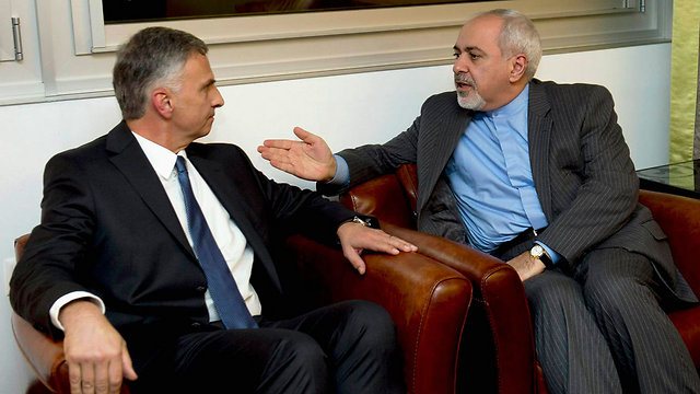 Didier Burkhalter (L) speaking with Iranian Foreign Minister Mohammad Javad Zarif (Photo: Reuters)