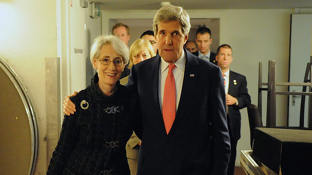 וונדי שרמן עם מזכיר המדינה קרי. עסקת האסירים החלה בחיפוש אחר לווינסון, אבל נסגרה בלעדיו (צילום: EPA) (צילום: EPA)