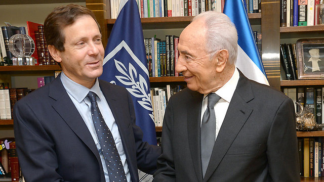 Former president Shimon Peres with Zionist Union Chairman Isaac Herzog (Archive: Mark Noiman/GPO)