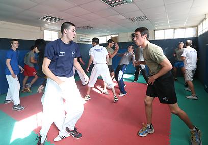 אילן ברגינסקי באימון עם סיירת צנחנים (צילום: אורן אהרוני)