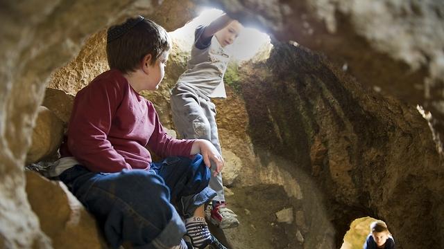 בעקבות המחבואים של המכבים. ילדים במערת מסתור (צילום: שחר כהן, תיירות בנימין) (צילום: שחר כהן, תיירות בנימין)
