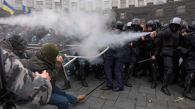 הפגנות נגד ביטול העסקה עם האיחוד (צילום: רויטרס) (צילום: רויטרס)