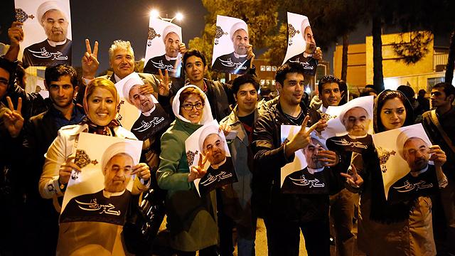 Iranian welcome Zarif back from Geneva (Photo: EPA)