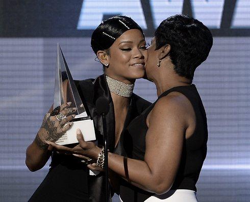 מקבלת מאמא את הפרס. ריהאנה (צילום: AFP) (צילום: AFP)