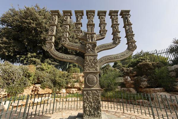 מנורת הענק שיצר בנו אלקן (צילום: חנן ישכר)