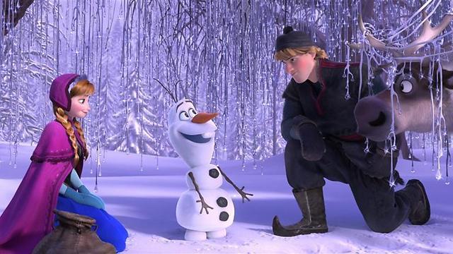 """אנה, כריסטוף וגם אולאף איש השלג כאן. """"לשבור את הקרח"""" ()"""