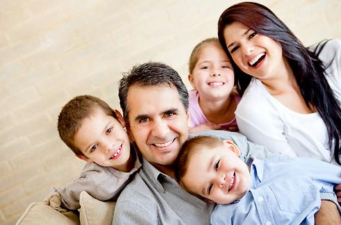 תשקיעו בחג הזה, אפילו אם אתם רק המשפחה הגרעינית (שמבלה יחד כבר שבועות בבית) (צילום: shutterstock) (צילום: shutterstock)