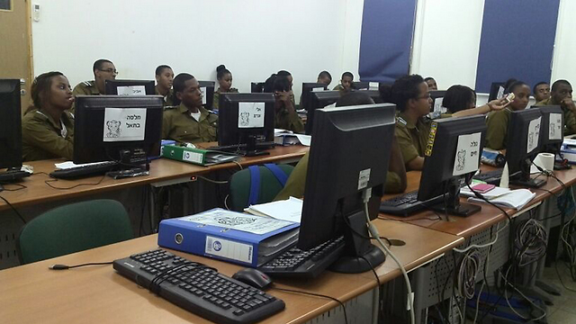 Soldiers in computer course