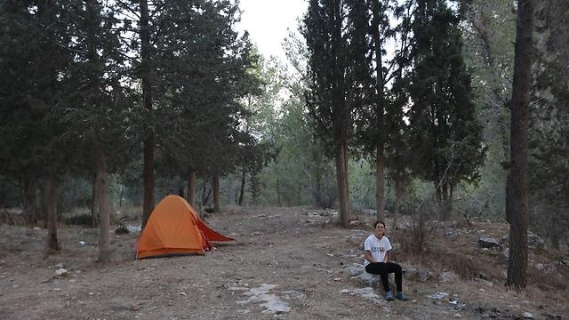"""תמר ברס והאוהל. """"פתחתי במסע לשינוי מצבי"""" (צילום: גיל יוחנן) (צילום: גיל יוחנן)"""