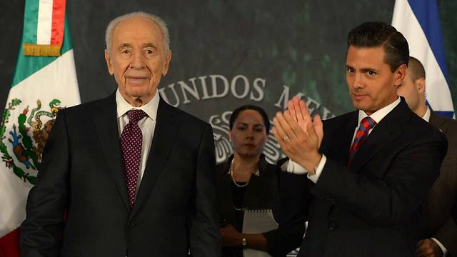 Peres in Mexico (Photo: Mark Neuman, GPO)