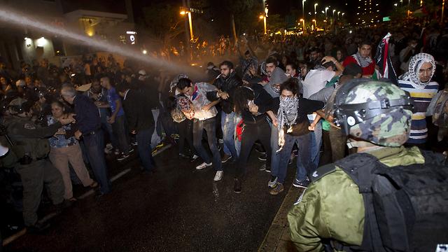 זרנוקי מים נגד מפגינים בחיפה  (צילום: AFP) (צילום: AFP)