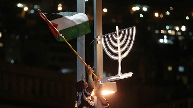 ערב מחאה בחיפה בעיצומו של חג חנוכה  (צילום: EPA) (צילום: EPA)
