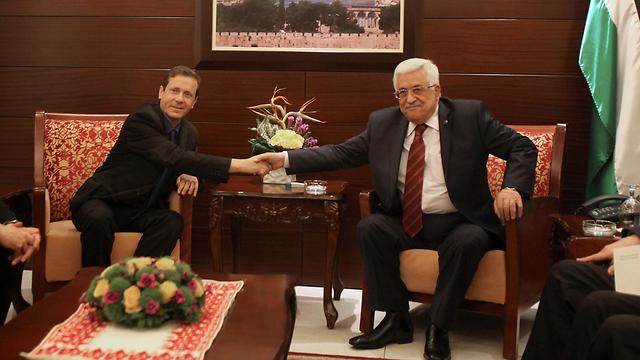 Herzog meets with Abbas (Photo: AFP)