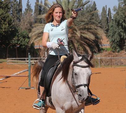 נועה ברקמן. רוכבת על סוסים, מסייפת, יורה, שוחה ורצה (צילום: אורן אהרוני) (צילום: אורן אהרוני)