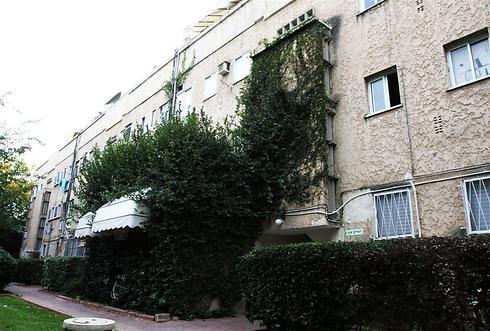 הבניין שבו גר עברי לידר ברמת אביב (צילום: מוטי לבטון)