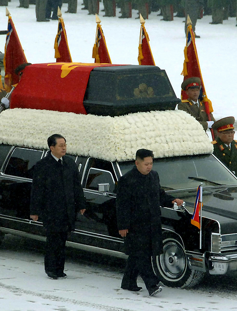 הדוד ואחיינו במהלך הלוייתו של קים ג'ונג איל בדצמבר 2011 (צילום: AFP/KCNA   ) (צילום: AFP/KCNA   )