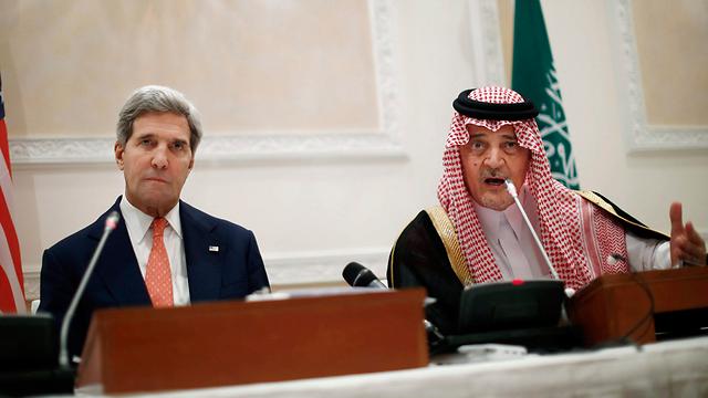 Riyadh feels abandoned by Washington. John Kerry and Saudi counterpart Saud al-Faisal (Photo: AP)