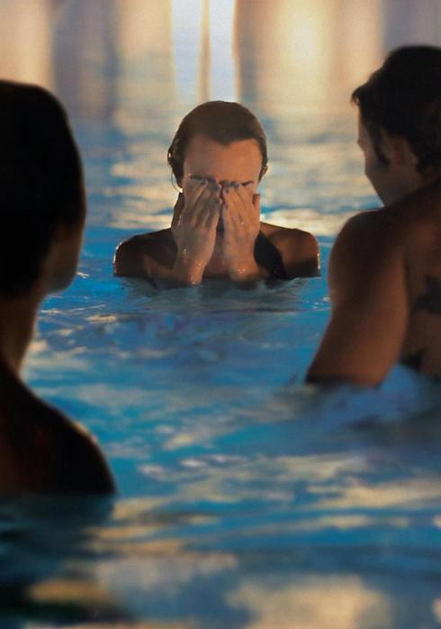 """ההתלבטויות צפות מעל למים. """"שש פעמים"""" ()"""