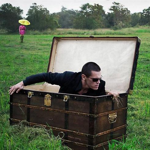 """האיש שבקופסה. ג'וש ברולין ב""""שבעה צעדים"""" ()"""
