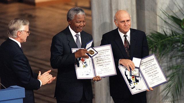 """שיתוף הפעולה עם דרא""""פ הפך עם קריסת משטר האפרטהייד לאבן ריחיים על צווארה של מדינת ישראל. מנדלה ודה קלרק מקבלים את פרס נובל לשלום באוסלו ב-1993 (צילום: AFP)"""