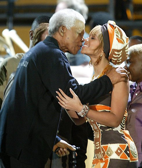 נלסון מנדלה עם הזמרת ביונסה, במופע התרמה לחולי איידס בקייפטאון, דרום אפריקה, 2003. הזמרת העלתה את התמונה לחשבון האינסטגרם שלה עם היוודע דבר מותו (צילום: AP) (צילום: AP)