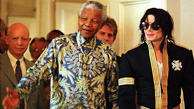 נלסון מנדלה עם מייקל ג'קסון ב-1999, במסיבת עיתונאים בה הכריז מלך הפופ על שני מופעים  שהכנסותיהם יוקדשו למטרות צדקה, ביניהן הקרן של מנדלה לילדים (צילום: AP) (צילום: AP)