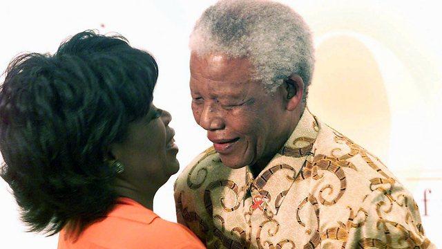 נלסון מנדלה עם אופרה ווינפרי, בחניכת האקדמיה לבנות שפתחה בדרום אפריקה ב-2008 (צילום: AP) (צילום: AP)