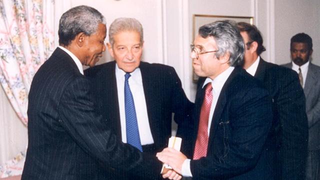 עם מנדלה והנשיא לשעבר עזר ויצמן  ()