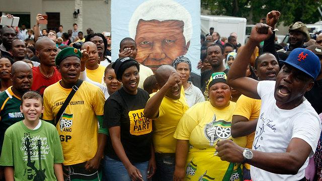 חוגגים ואבלים. דרום אפריקה, ביום שאחרי (צילום: AP) (צילום: AP)
