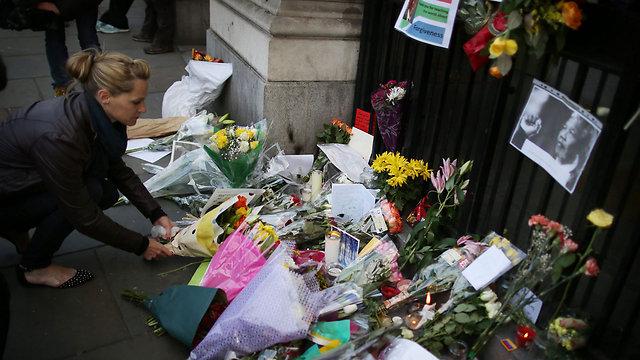 מניחים פרח בלונדון (צילום: גטי אימג'בנק) (צילום: גטי אימג'בנק)