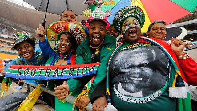 שירה וריקודים, לא דמעות. חוגגים באצטדיון (צילום: EPA) (צילום: EPA)