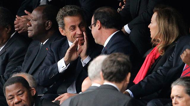 בסופו של דבר המבטים נפגשו. הולנד וסרקוזי (צילום: AP)