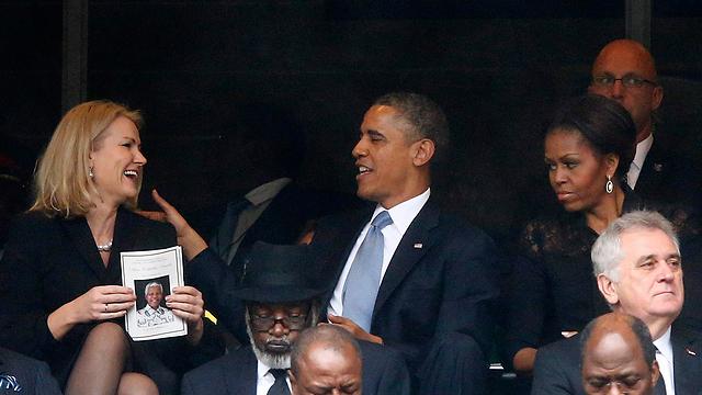 אובמה משוחח עם העמיתה הדנית, מישל משקיפה מהצד (צילום: רויטרס)