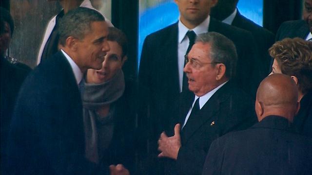 מבוכה 2: לוחץ יד לראול קסטרו (צילום: רויטרס)
