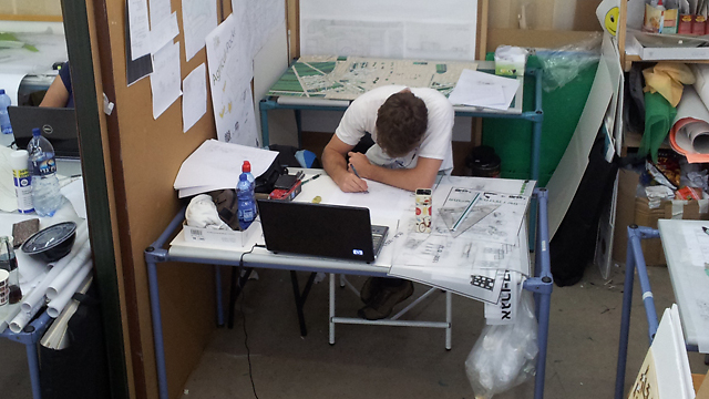 סטודנט לאדריכלות, אילוסטרציה (צילום: אילה מנדלברג)