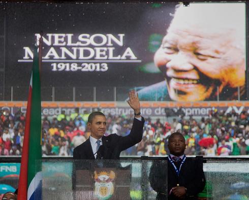 """המתורגמן המתחזה לצד נשיא ארה""""ב אובמה (צילום: AP)"""