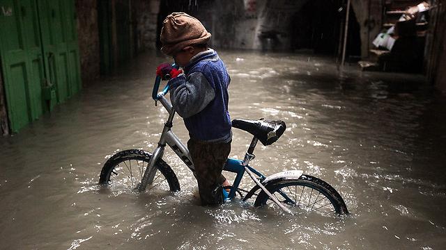 Heavy reain in Hebron (Photo: EPA)