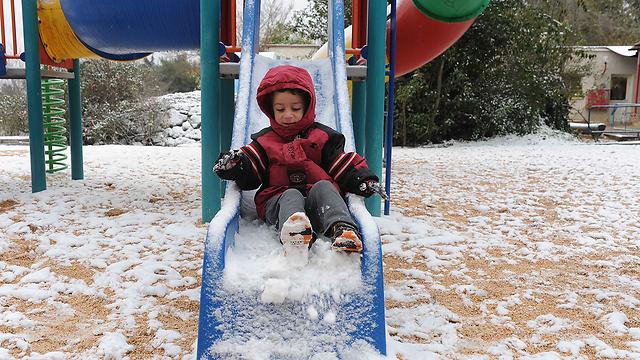 ילד במשגב עם, בחורף האחרון (צילום: אביהו שפירא) (צילום: אביהו שפירא)