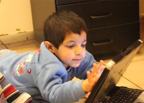 איתן עם מחשב התקשורת בגן (ינואר 2013) ()