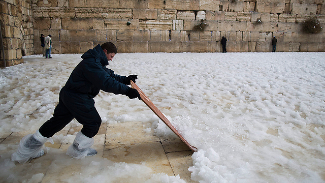 Impromptu shoveling at Western Wall (Photo: EPA)