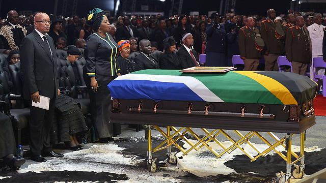 מנדלה מובא למנוחות, היום (צילום: AFP)