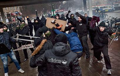 Neo-Nazis, anti-Nazis clash in Sweden (Photo: Reuters)