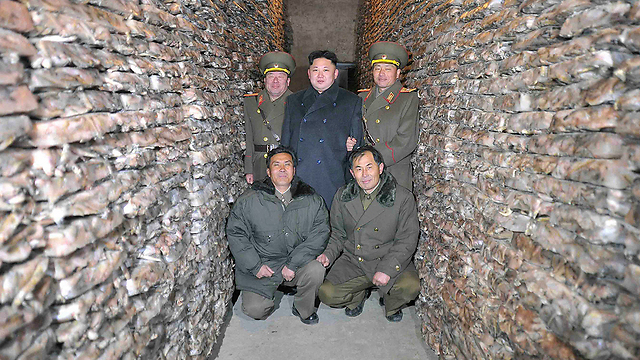המנהיג הצפון קוריאני בסיור בחוות דגים (צילום: רויטרס) (צילום: רויטרס)