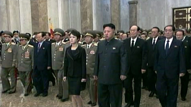 הרודן קים ג'ונג און עם רעייתו וצמרת המשטר (צילום: EPA)