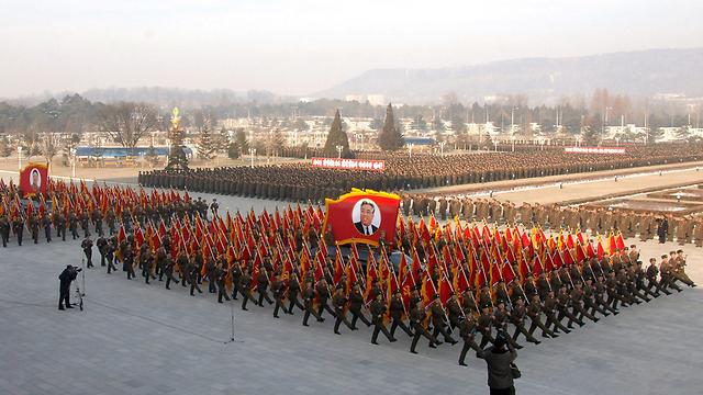 מצעד צבאי שנערך אתמול לזכר קים ג'ונג איל (צילום: EPA) (צילום: EPA)