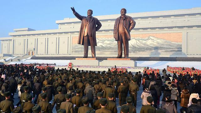 פסלי המנהיגים המנוחים קים איל סונג ובנו קים ג'ונג איל (צילום: רויטרס)
