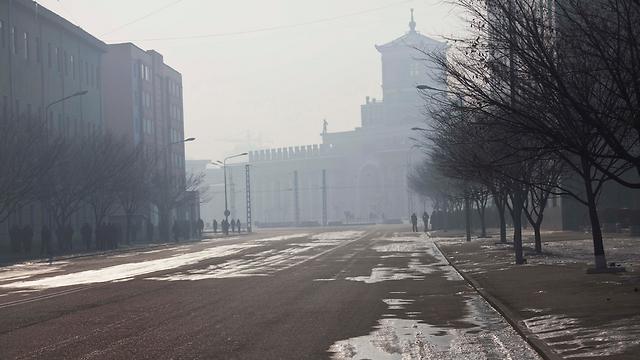 אזרחים מתחילים לצאת לאטם לרחוב מעט אחרי הטקס (צילום: AP) (צילום: AP)
