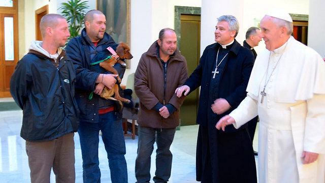 האפיפיור פוגש הומלסים שהזמין לארוחת בוקר, היום (צילום: רויטרס) (צילום: רויטרס)